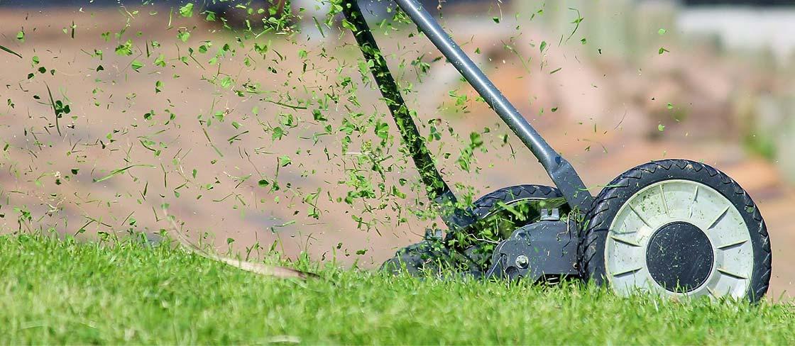 ruční sekačka na trávu