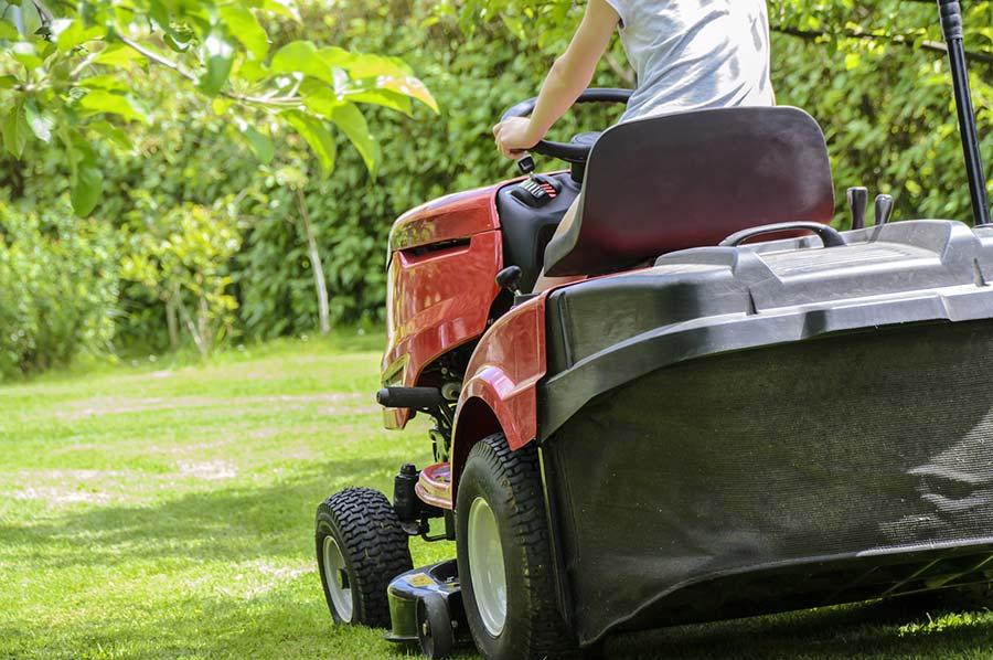 traktor na sekání trávy